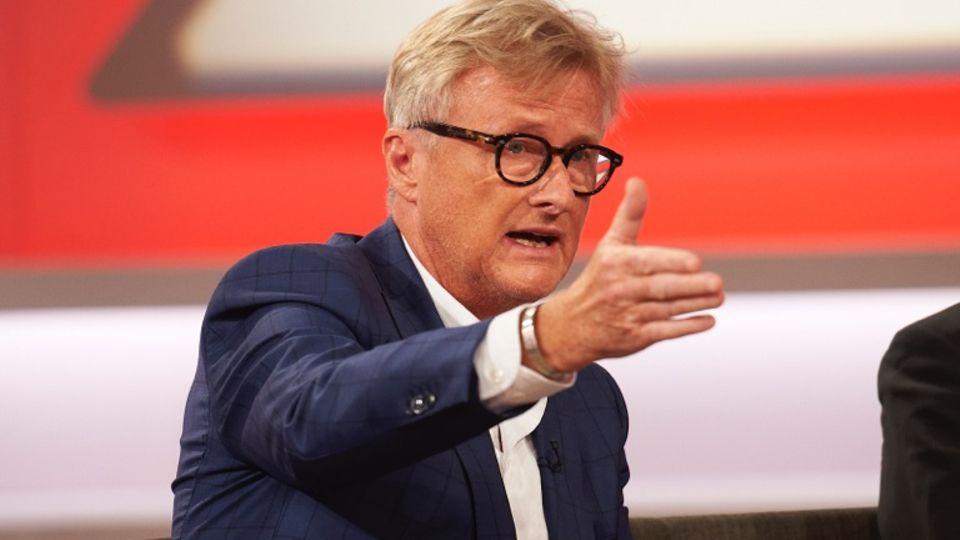 Hans-Ulrich Jörges sitzt in der Talkrunde von Sandra Maischberger und gestikuliert mit ausgestrecktem rechten Arm