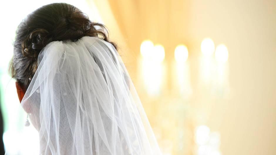 In Kanada wurde eine Braut Zeugin davon, wie ihr Vater von einem Blitz getroffen wird (Symbolbild)
