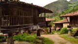 Baukunst im Alltag  Die Getreidespeicher mit ihren raffinierten Stützen zur Abwehr der Nagetiere sind ein Wahrzeichen Asturiens. Sie finden sich sonst nur noch in Galizien und Nordportugal.