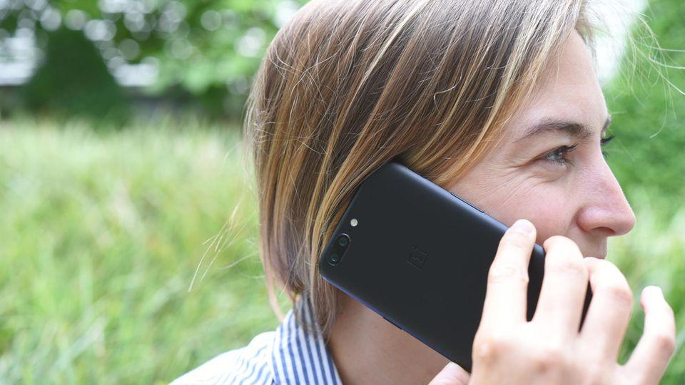 Eine junge Frau telefoniert mit dem Oneplus 5
