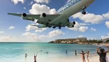 Sint Maarten: Flugzeug im Landeanflug am Maho-Beach