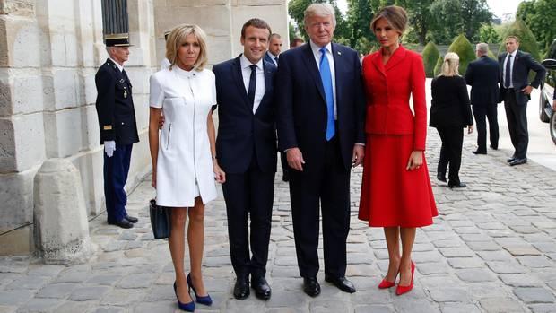 Gruppenbild mit Damen: Emmanuel Macron (2. v. r.), seine Frau Brigitte (l.), Donald Trump und seine Frau Melania vor dem Invalidendom in Paris