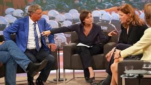 Moderatorin Sandra Maischberger versucht noch Wolfgang Bosbach (l.) am Verlassen ihrer Sendung zu hindern