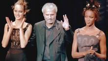 Gianni Versace mit Naomi Campbell (r.) - der Designer wurde am 14.7.1997 erschossen