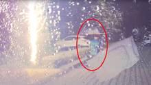 Südkorea: Mann wird beinahe von Blitz getroffen - Dashcam filmt Vorfall