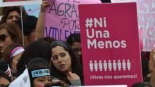 Frauen demonstrieren in Argentinien gegen die alltäglichen Frauenmorde - Bewegung ni una menos