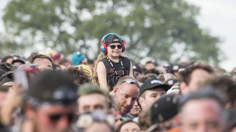 Kind in der Festivalmenge