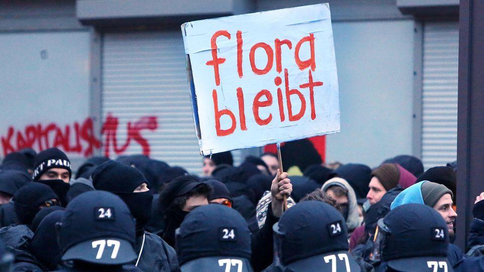 Rote Flora: Flora bleibt!