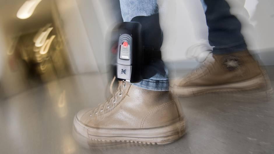 De Maizière fordert Fußfesseln für potenzielle Gewalttäter