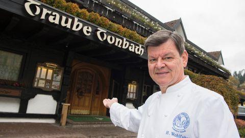 Harald Wohlfahrt vor der Schwarzwaldstube im Hotel Traube Tonbach in Baiersbronn