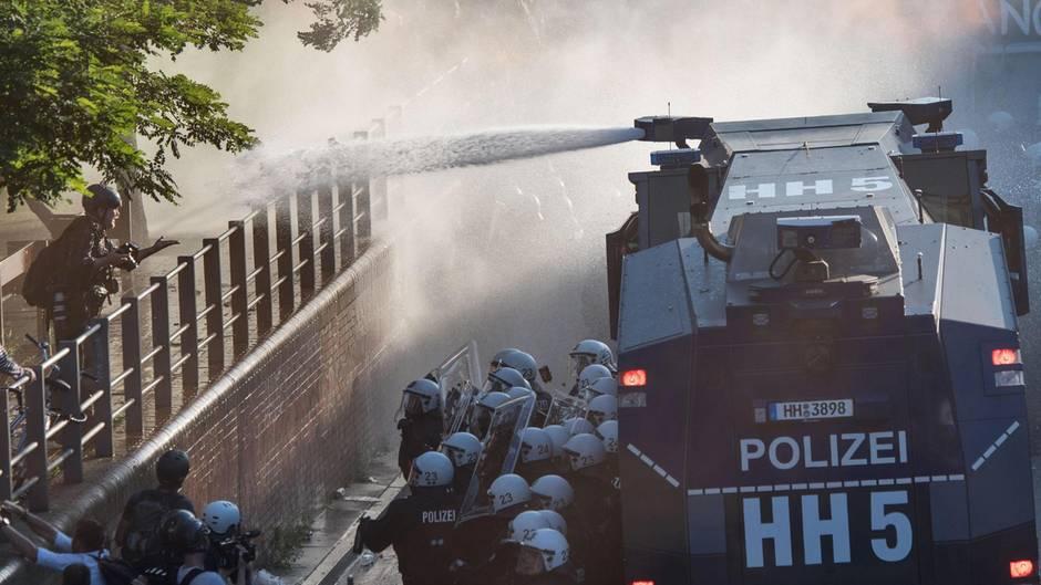 """Der """"Hamburger Gruß an die Presse"""" - auf eine Geste hin, wird der stern-Fotograf angegriffen."""