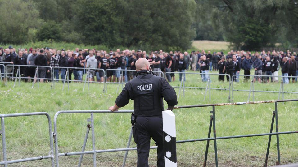 Anhänger der rechten Szene warten am 15.07.2017 in Themar (Thüringen) auf den Einlass zu einem Konzertgelände