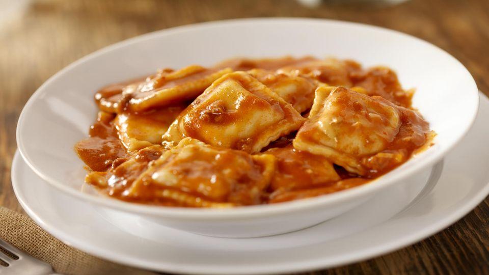 Ravioli aus der Dose  Wenn es mal schnell gehen muss, sind Ravioli aus der Dose ein beliebter Snack. Dass sie nicht zwingend gesund sind, ist wenig überraschend. Dass in einer Portion (400 Gramm) rund zwölf Gramm Zucker stecken, dagegen schon.