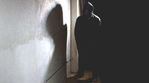 Ein Mann lauert im Dunkeln (Symbolbild)