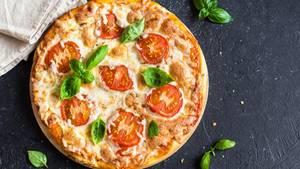 Pizza  Auch vielen Tiefkühl-Pizzen wird Zucker zugesetzt. Knapp zehn Gramm pro 350-Gramm Pizza sind üblich, wie eine Stichprobe im Supermarkt ergab.