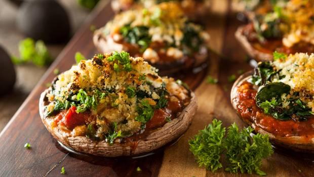 Alternativen finden  Wenn Sie der Heißhunger auf Pizza überfällt, versuchen Sie Alternativen: beispielsweise gefüllte Portobello-Pilze. Mit Käse überbacken schmecken sie köstlich und sind kalorienärmer.