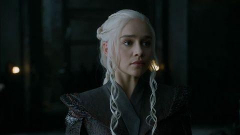 Emilia Clarke betritt als Daenerys Targaryen in Staffel sieben von Game of Thrones den Thronsaal