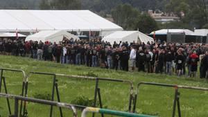 """Rund 6000 Rechte besuchten das Festival """"Rock gegen Überfremdung"""" in Themar, bei dem dutzendfach der Hitlergruß gezeigt wurde"""
