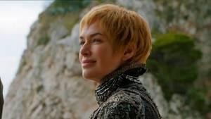 Königin Cersei Lannister betrachtet in Game of Thrones Staffel 7 die Einfahrt der Greyjoy-Flotte