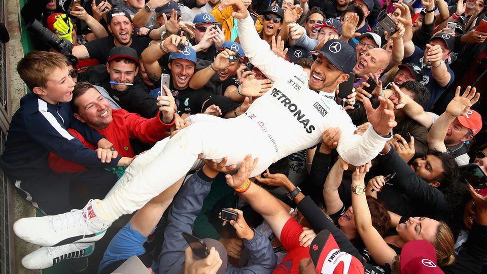 Fans tragen Lewis Hamilton in Silverstone auf Händen