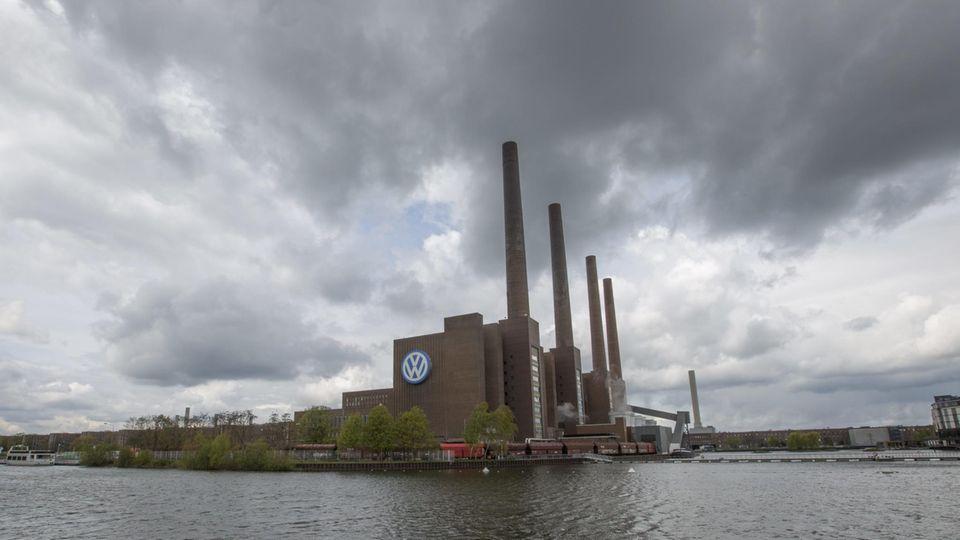Nicht nur über Wolfsburg ziehen dunkle Wolken auf - die EU-Kommission fahndet nach einem Dieselkartell (Archivbild)
