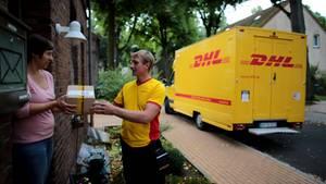 DHL-Paketbote liefert Paket aus