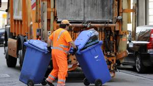 Müllabfuhr: Müllmann bringt Tonnen zum LKW