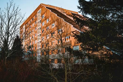 """NVA-Hotel in Frauenwald  Einer von vielen verlassen Orten in Thüringen: Im Ilm-Kreis liegt mitten im Thüringer Wald das Erholungsheim """"Auf dem Sonnenberg""""."""