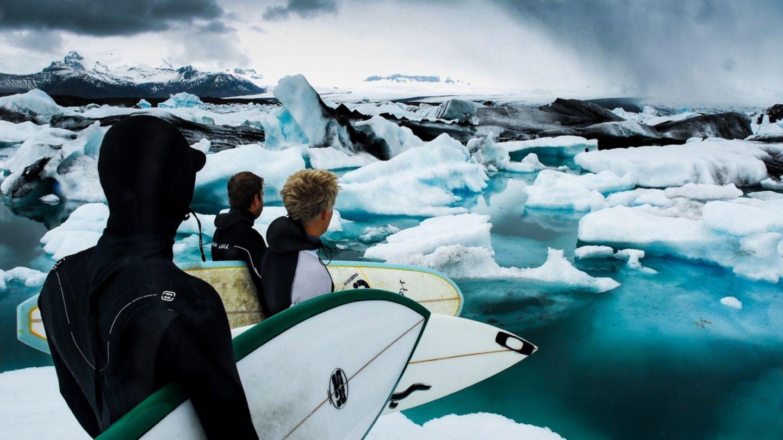 """""""Inzwischen ist Island unter Wellenreitern längst kein Geheimtipp mehr. Wen eisiges Wasser nicht stört, der findet zwischen Feuer und Eis auch einige der besten Wellen Europas. Wir waren damals eine der ersten Surf-Expeditionen, die die Insel im Nordatlantik auf Wellen untersucht haben. Am Jökulsarlon, ein riesiger Gletschersee im Südosten Islands, fanden wir zwar keinen Surf, dafür aber riesige Eisberge, die wir mit unseren Surfbrettern geentert haben."""""""
