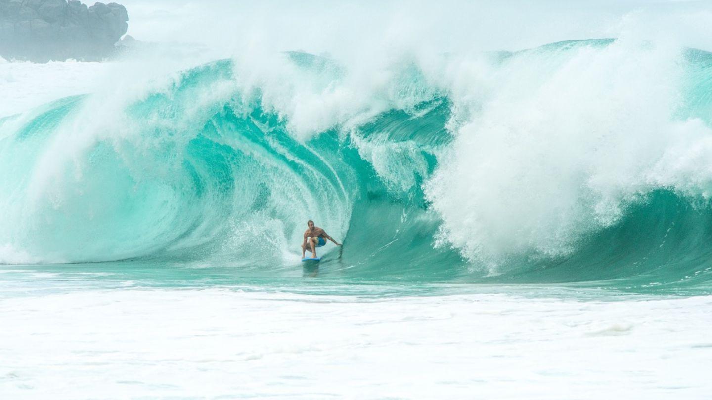 """""""Der Shorebreak von Waimea zählt zu den gefährlichsten der Welt. In diesem Fall legt es der Hawaiianer Jamie O'Brien drauf an und wird eine Sekunde später von Tonnen an Wasser begraben."""""""