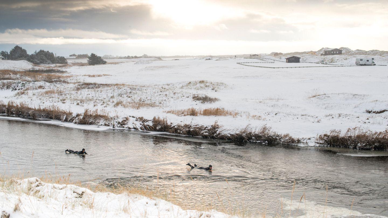 """""""Um ans Meer zu kommen, müssen wir manchmal ungewöhnliche Wege gehen. In diesem Fall war der unkomplizierteste Weg an einen Strand im Süden Norwegens zu kommen, per Fluss"""", erzählt er."""