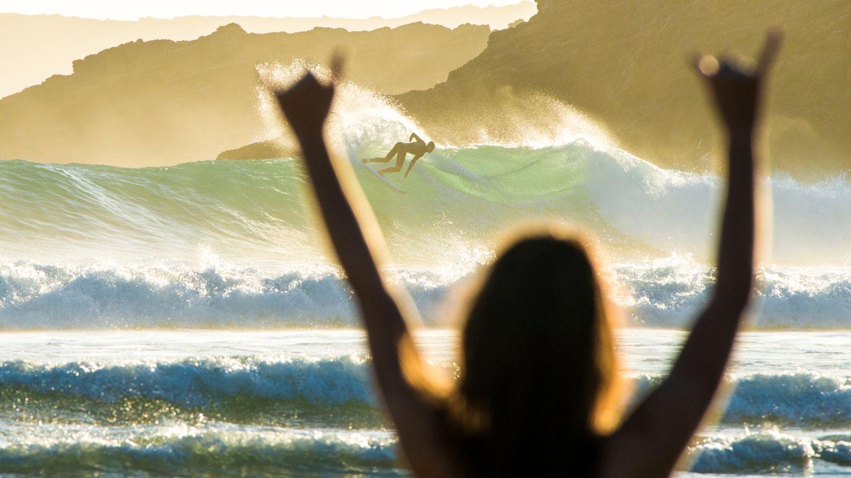"""""""Dieses Foto entstand im März an der Algarve. Während es in Deutschland noch winterlich war, konnten wir uns bei 25 Grad und perfekten Wellen während eines Teamtrips des Reiseveranstalters PURE Surfcamps austoben. Unter dem Motto 'Vordergrund macht Bild gesund' und entsprechender Sonnenuntergangsstimmung war dies eines der besten Bilder des Trips."""""""