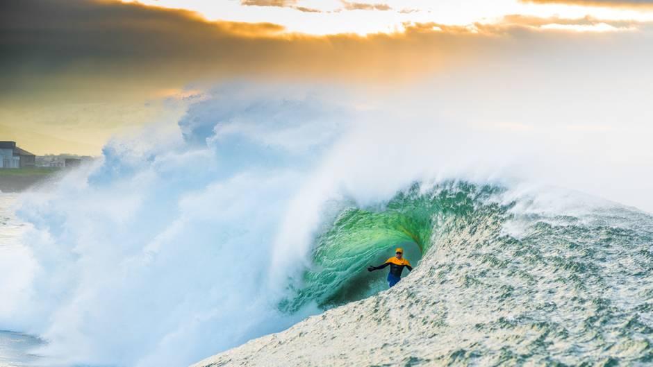 """""""Nic von Rupp in einer gewaltigen Welle bei Bundoran, Irland. Ich saß dafür auf dem Jetski, den mein Kumpel Sebastian Steudtner fuhr. Sebastian ist der beste Big-Wave-Surfer des Planeten und nur deshalb fühlte ich mich zwischen diesen Naturgewalten einigermaßen sicher"""", sagt Fotograf Lars Jacobsen dem stern."""