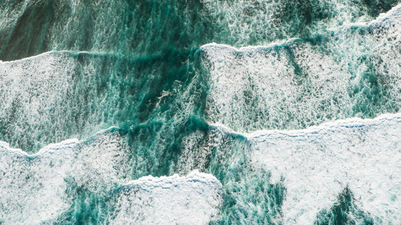 """""""Die Wellen der North Shore von Oahu, Hawaii aus der Vogelperspektive."""""""