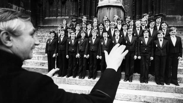 Aufnahme von 1976: Chorleiter Georg Ratzinger dirigiert die Regensburger Domspatzen während eines Konzerts vor dem Dom
