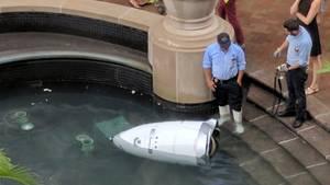 Roboter Knightscope K5 im Springbrunnen
