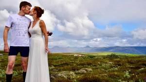 Ein Mann in Unterwäsche küsst eine Braut in Hochzeitskleid