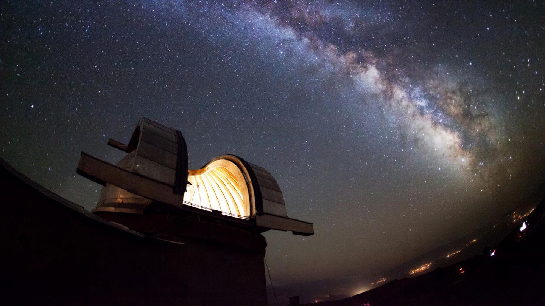 Eine Sternwarte vor Sternenhimmel