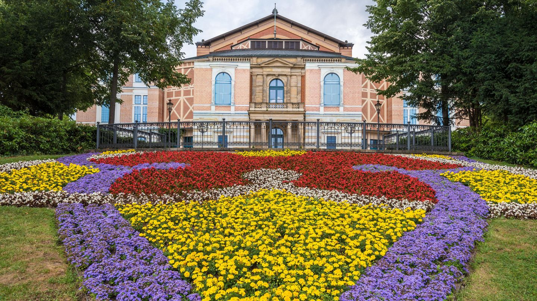 Bayreuther Festspiele: Warum Angie auf der Holzbank sitzt  STERN.de