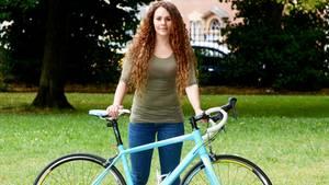 Jenni zeigt stolz ihr Fahrrad
