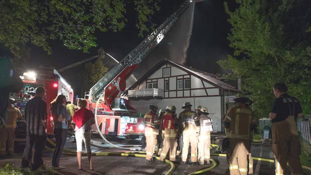 Einsatzkräfte der Feuerwehr beim Kampf gegen das Feuer im Restaurant Neu-Helgoland in Berlin-Köpenick