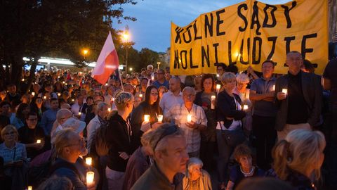 Warschau gegen die EU, gegen die Bevölkerung: Tausende Polen demonstrieren in Warschau gegen die neue Justizreform.