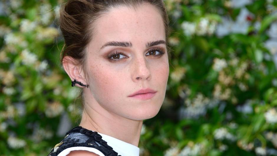 emma watson sucht via facebook nach verlorenem schmuck. Black Bedroom Furniture Sets. Home Design Ideas