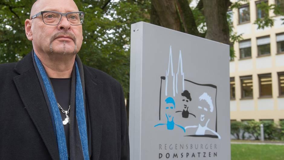 Alexander Probst, Vertreter der Missbrauchsopfer, vor dem Gymnasium der Domspatzen in Regensburg.