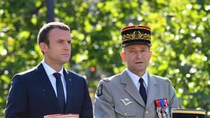 Präsident Emmanuel Macron und Pierre de Villiers auf einer Militärparade am 14. Juli