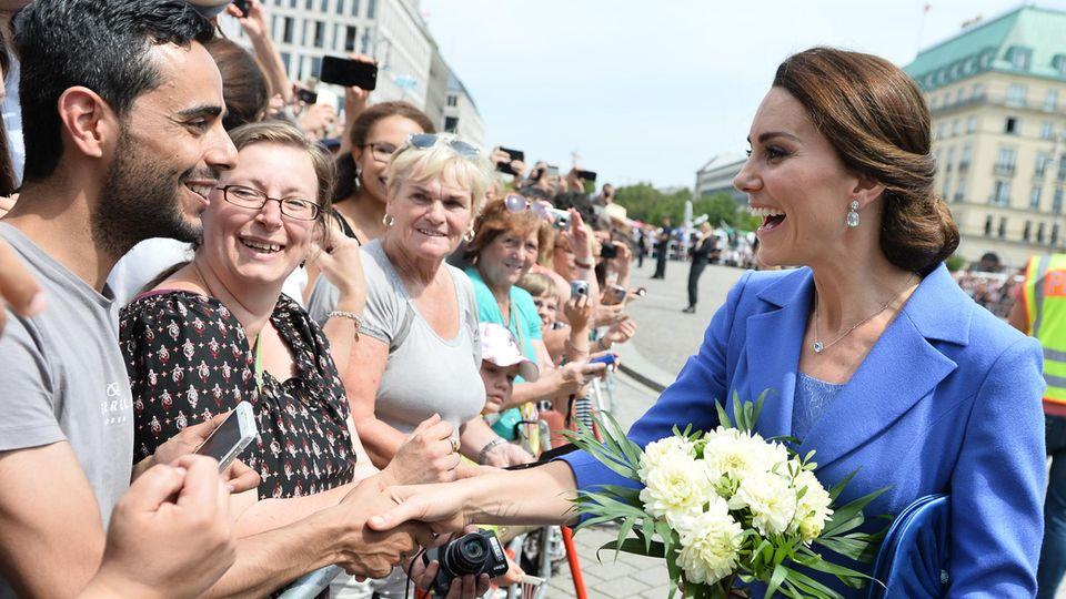 William und Kate in Berlin: Herzogin Kate schüttelt die Hand eines Besuchers in Berlin