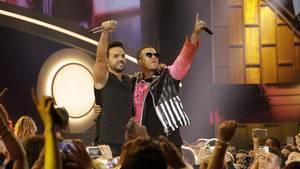 """Die Puertoricaner Luis Fonsi (l.) und Daddy Yankee performen ihren Hit """"Despacito"""""""