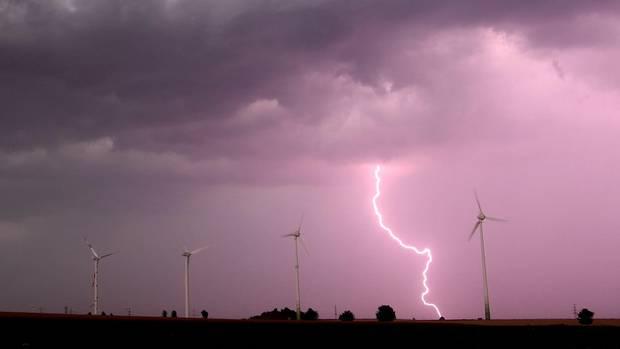 Eine Unwetterfront zieht über Windräder in der Region Hannover (Niedersachsen) hinweg.