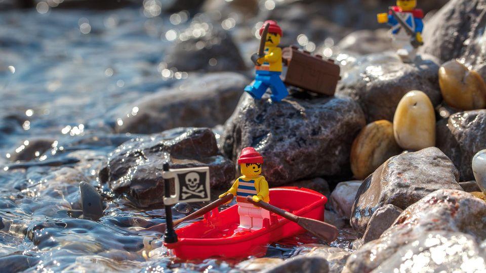 plastik-lego-teile am strand von cornwall
