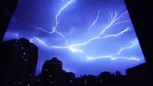 China: Gewitter liegt wie ein Spinnennetz über der Stadt